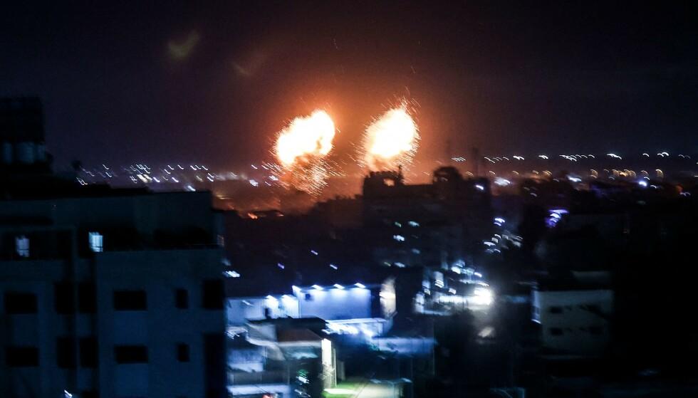 EKSPLOSJONER: Israel gikk til nye luftangrep mot Gaza i natt. Foto: Mahmud hams / AFP