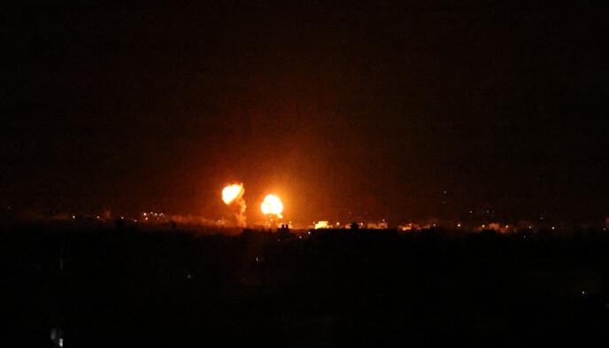 MER BOMBING: I natt brøt både palestinere og Israel våpenhvilen. Her er det lys etter at bomber ble sluppet over Khan Younis, sør i Gaza. Foto: AFP / NTB