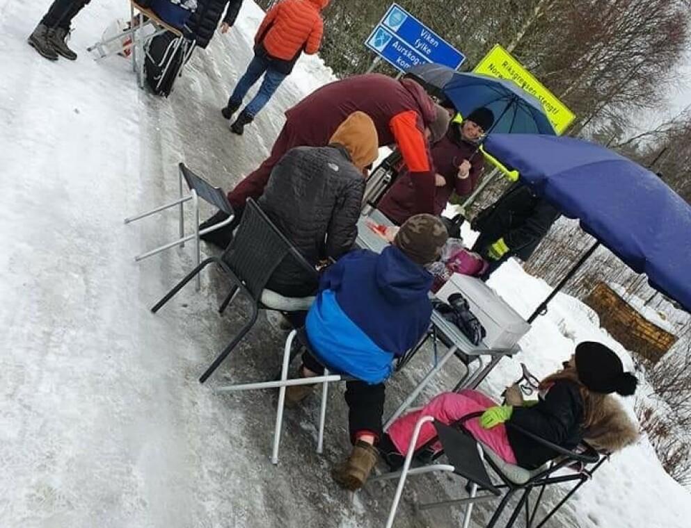 MØTTES PÅ GRENSA: Nathanael og resten av familien fikk møte sin svenske familie som bor i Norge på grensa i anledning av Nathanaels bursdag 12. februar. Foto: Privat