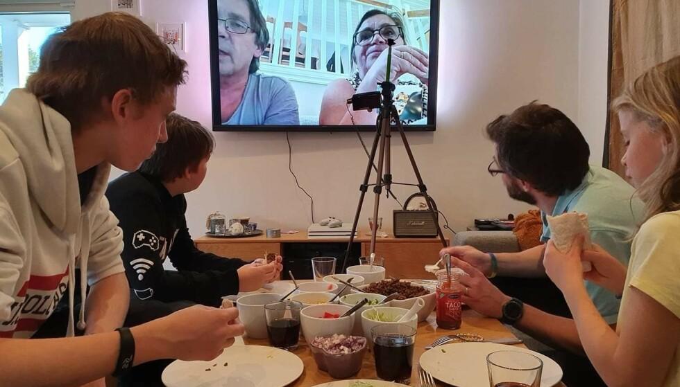 SAMMEN PÅ SKYPE: Familien Mosling har fredagstaco i Sverige, med farmor og farfar på skype fra Norge.