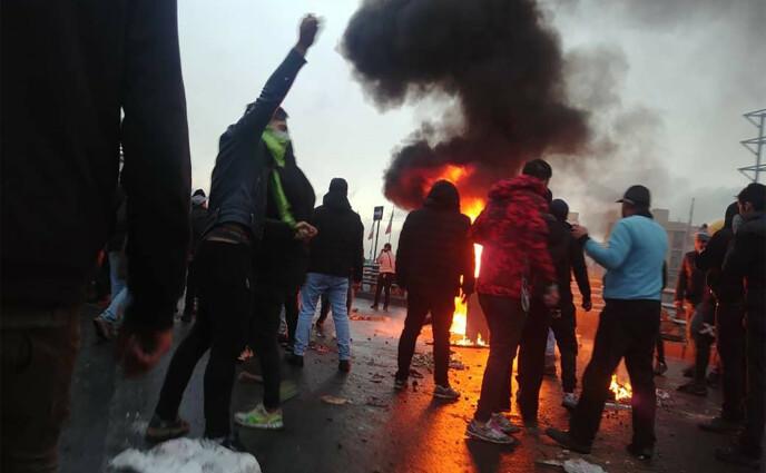 VOLDSOM MISNØYE: I november 2019 gikk iranere ut og demonstrerte i gatene i over hundre byer, etter at regimet økte bensinprisene. Politi og sikkerhetsstyrker gikk uvanlig hardt ut mot demonstrantene og flere hundre ble drept. Foto: AFP / NTB