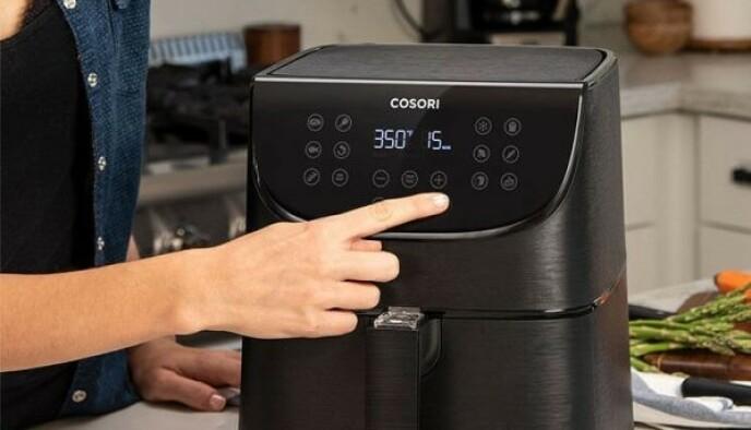Du trenger bare å trykke én gang på skjermen, så er maskinen klar til å lage de herligste retter. Maskinene fra Cosori er lette å rengjøre, og de veier lite og tar liten plass. Passer like perfekt på hjemme på kjøkkenet som på hytta eller i bobilen.