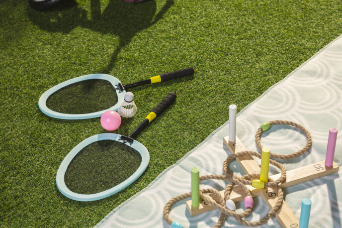 SMÅTASSVENNLIG: Barnebadmintonsett og klassisk ringspill er selvskrevne favoritter for barna.