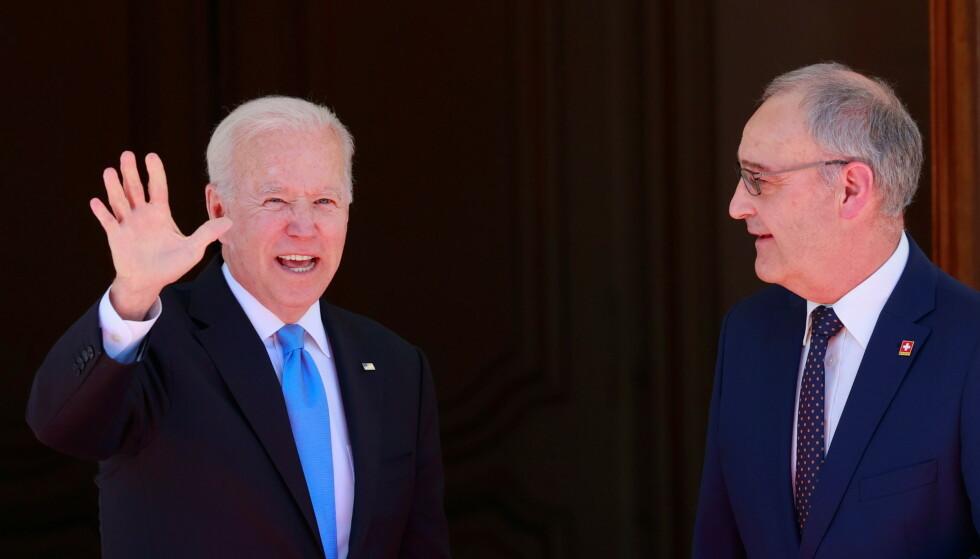 VERT: President Joe Biden blir også tatt i mot av vertlandets president Guy Parmelin. Foto: REUTERS/Denis Balibouse / NTB