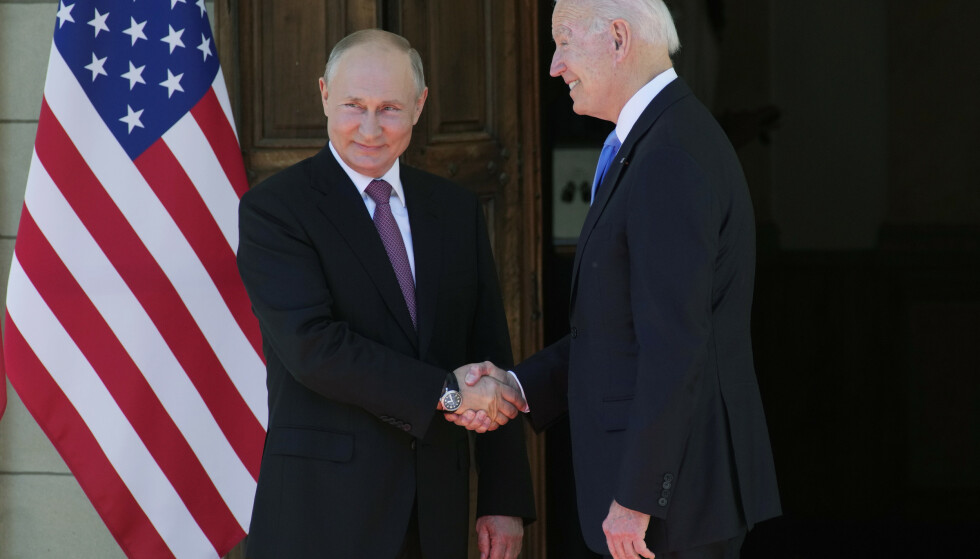 HÅNDTRYKKET: Her stiller Biden og Putin seg opp for fotografene. Foto: AP Photo/Alexander Zemlianichenko