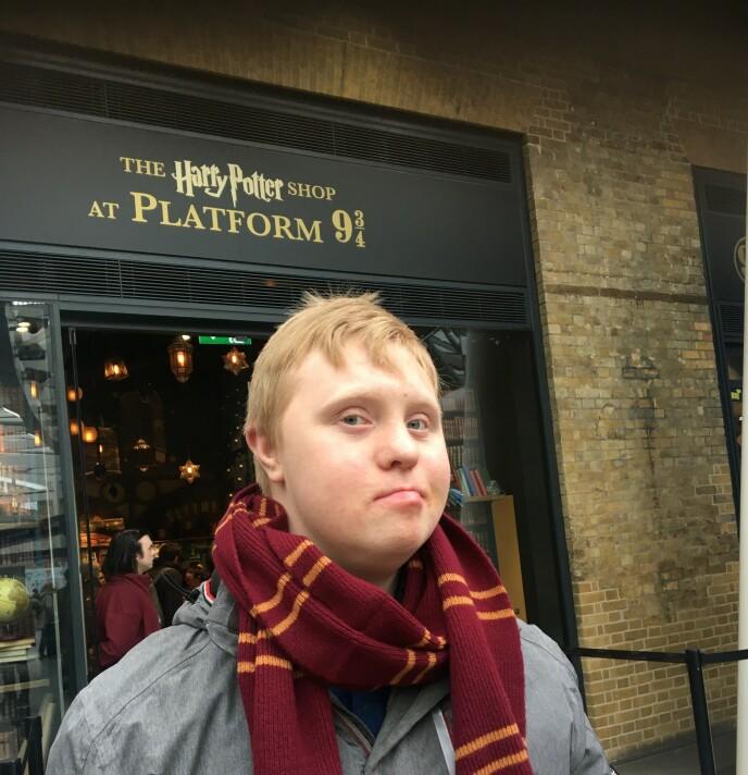 REISEGLAD: Per Simensen Linge (25) elser å reise. Her var han i London for å besøke Harry Potter-museet rett før pandemien brøt ut. Foto: Privat.