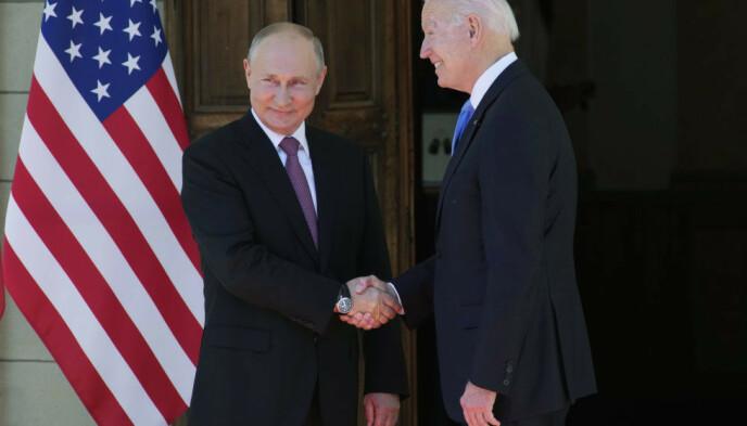 HÅNDTRYKKET: Her stiller Biden og Putin seg opp for fotografene. Foto: AP Photo / Alexander Zemlianichenko