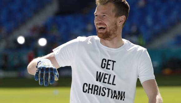 T-SKJORTER: Lukas Hradecky var blant spillerne som ikledde seg t-skjorter før kampen mot Russland. Foto: Pool via REUTERS/Evgenia Novozhenina