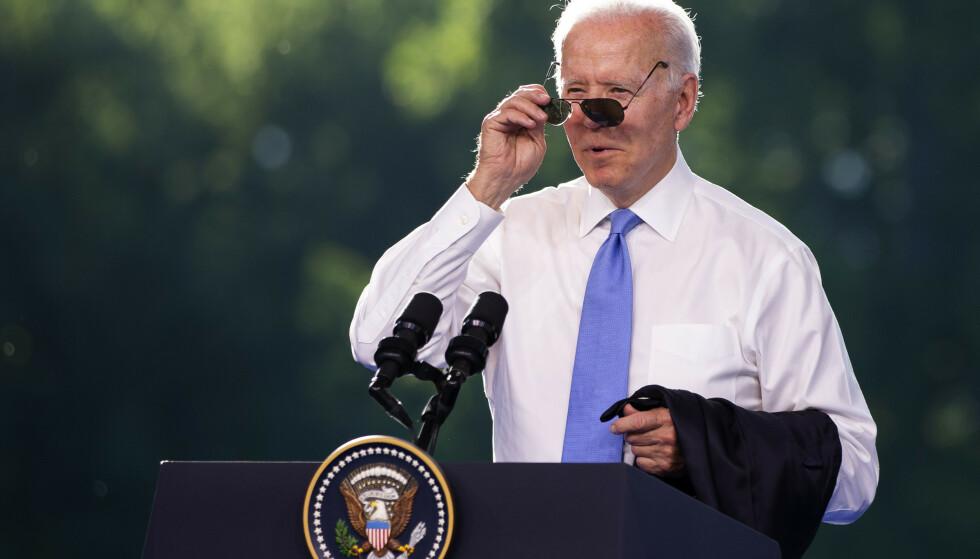 GAVE: Den amerikanske presidenten Joe Biden ga Vladimir Putin et par solbriller som ligner på de han selv bruker. Foto: Peter Klaunzer / AP / NTB