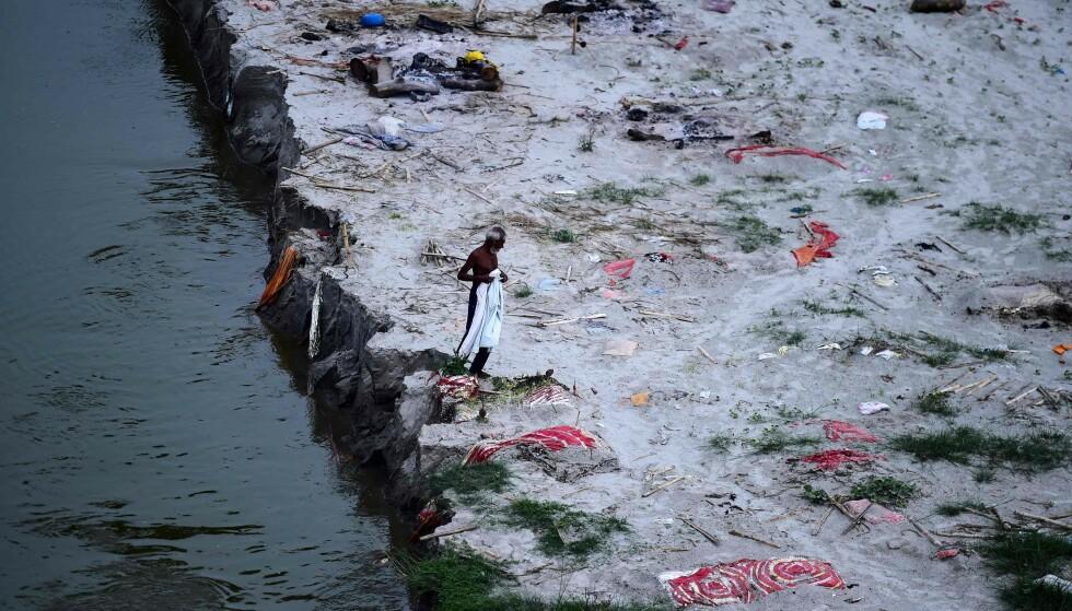 SYNLIGE GRAVER: Langs elva Ganges ligger hundetalls døde begravet. Mange frykter farlig forurensning om likene havner i vannet. Foto: SANJAY KANOJIA / AFP / NTB