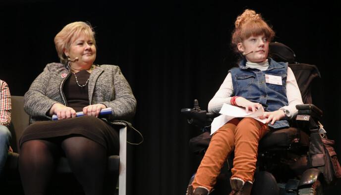 HAR BIDRATT: Marianne Knudsen, leder i NHFU - Norges Handikapforbund Ungdom (t.h.), på en konferanse sammen med statsminister Erna Solberg i 2016. Foto: Terje Pedersen / NTB