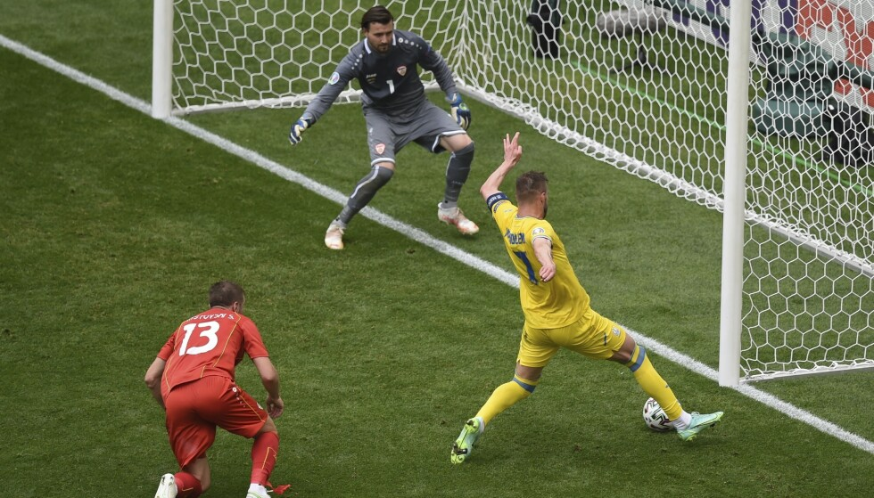 ØYEBLIKKET: Her setter West-Ham spiller Andrij Jarmolenko 1-0 for Ukraina. Scoringen hadde historsik sus over seg. Foto: AFP