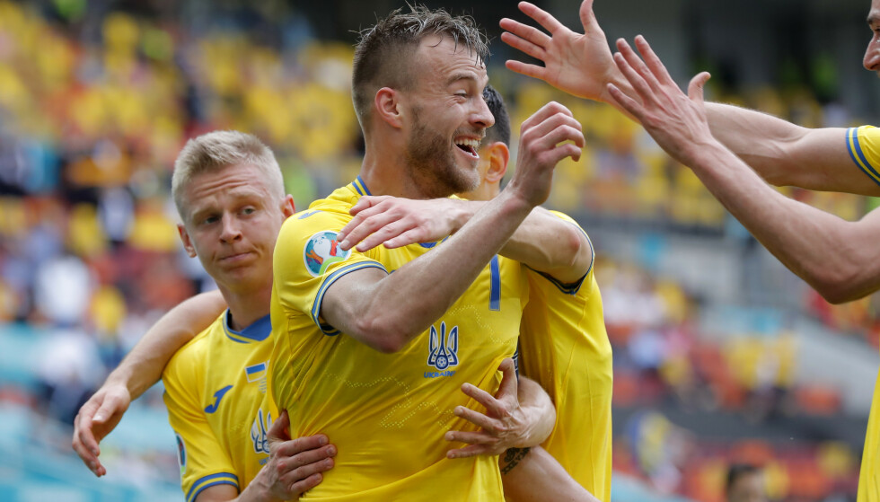 KUNNE JUBLE: Andrij Jarmolenko scoret sitt andre mål i mesterskapet. Her med Premier League-kollega Zintsjenko. Foto: Afp