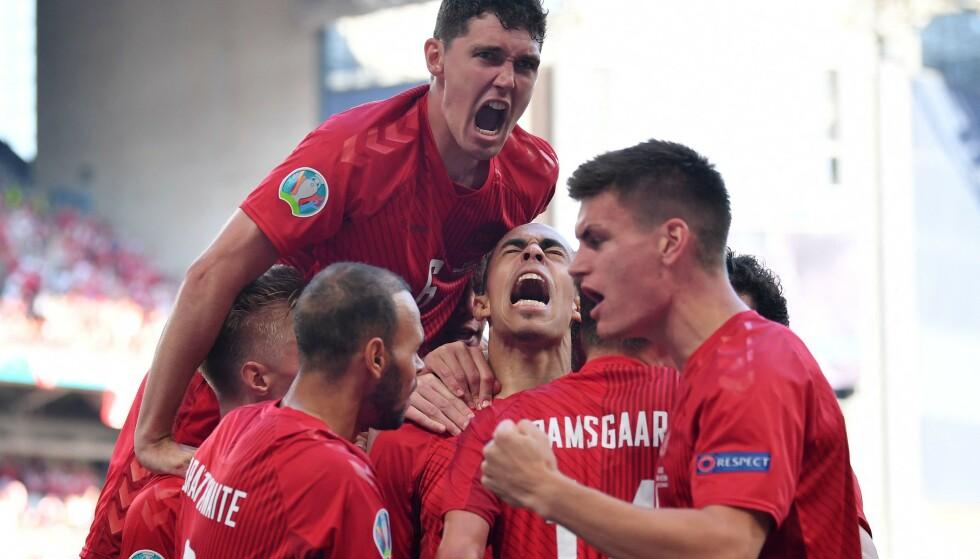 JUBEL: De danske spillerne var i ekstase etter det tidlige ledermålet. Foto: AFP