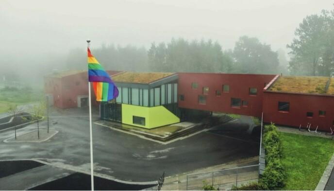 FØRSTE GANG: Åskollen skole i Drammen heiste pride-flagget i skolegården for første på fredag. Foto: privat