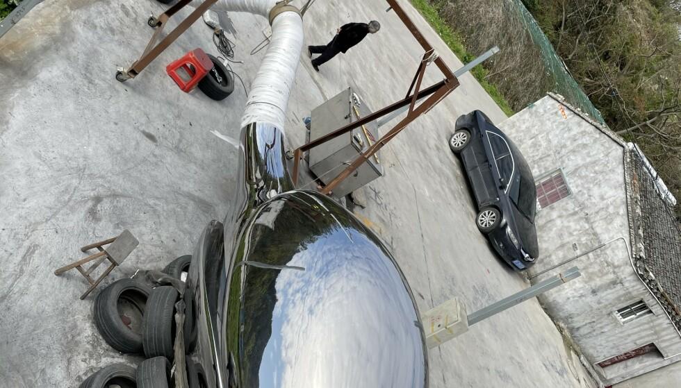 SVÆR: Skulpturen er 11,5 meter lang og produsert i polert stål. Nå venter den bare på å bli satt opp. Foto: Privat
