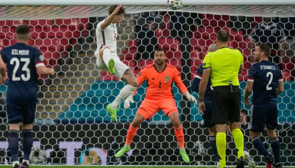 NÆRE: John Stones var centimetere unna å sende England i ledelsen, da headingen hans smalt i metallet. Foto: AFP