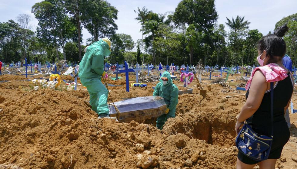 CORONAGRAVPLASS: I Manaus er det en egen gravplass hvor de begraver personer som har omkommet etter coronasmitte. Foto: Sandro Pereira/Fotoarena/Sipa USA)(Sipa via AP Images)