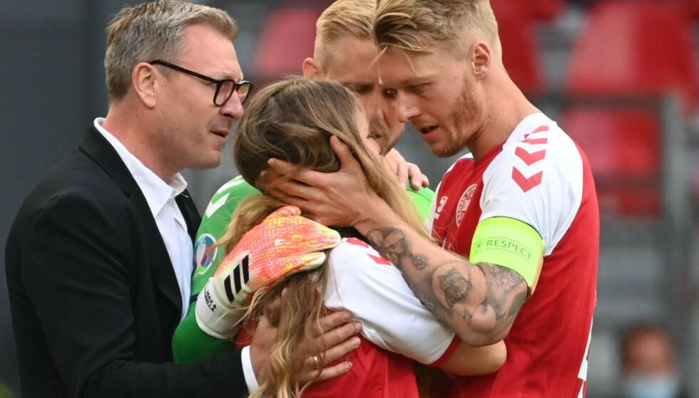 TRØST: Den danske landslagskapteinen Simon Kjær trøstet Sabrina Kvist Jensen, etter at hun stormet ned på fotballbanen etter Eriksens hjertestans: Foto: Reuters/NTB