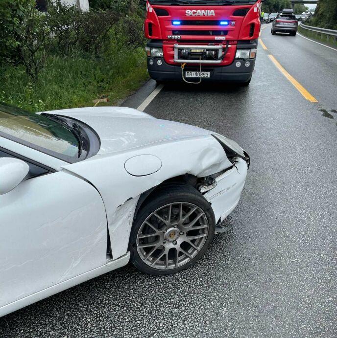 GIKK GALT: Jan Eggums nyinnkjøpte Porsche fikk skader i fronten etter ulykka i dag. Foto: Privat / Jan Eggum