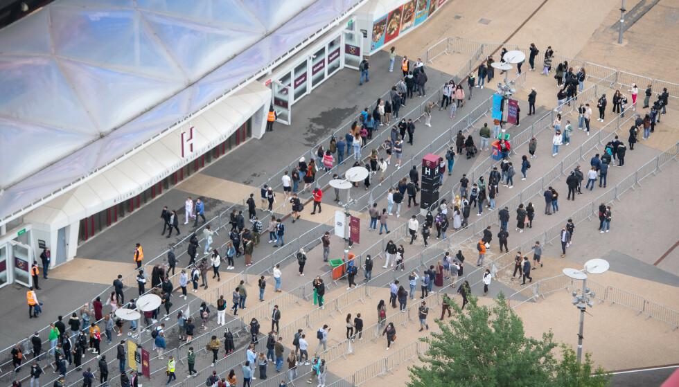 VAKSINEKØ: I London har myndighetene tatt i bruk fotballstadioner som vaksinasjonsklinikker. Bildet er fra West Ham's London Stadium. Foto: PA/NTB.