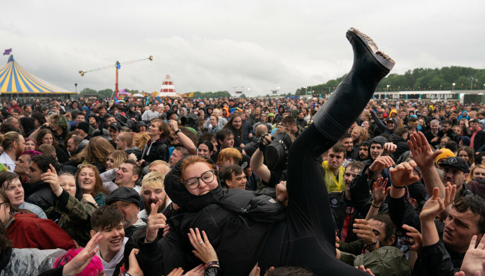 NY BØLGE: Lite tydet på at redselen for å bli smittet av coronaviruset var stor da Download Festival i Leicestershire startet denne helga. Foto: PA/NTB.