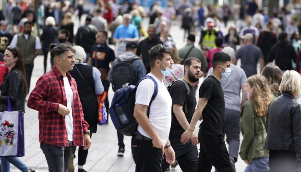 FOLKEHAV: Langt fra alle bruker ansiktsmasker når de går ute i offentligheten. Bildet er fra Liverpool. Foto: PA/NTB.