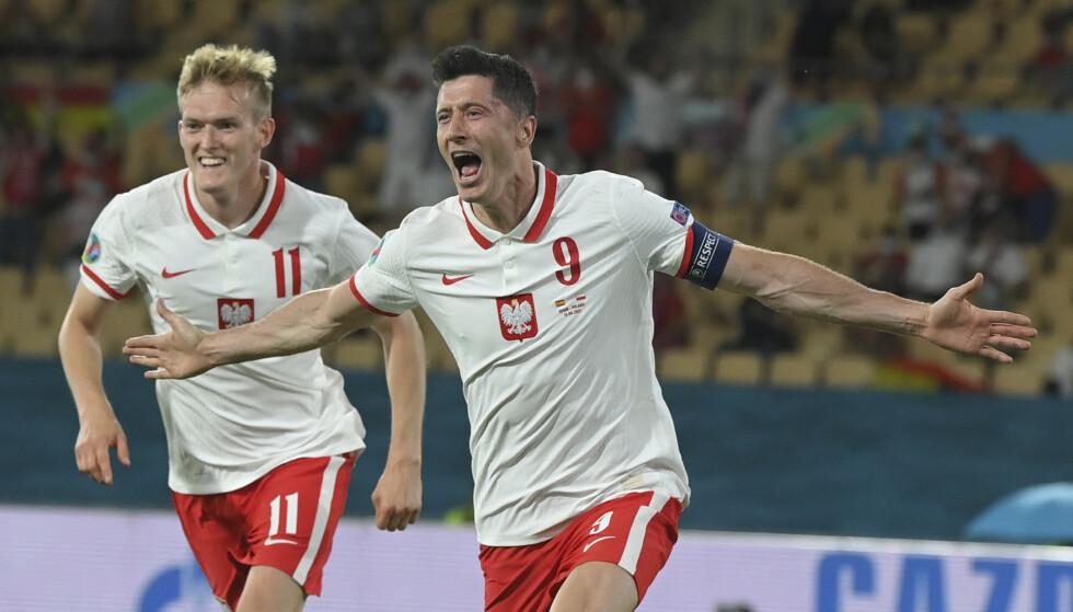 VÅKNET: Robert Lewandowski sikret et viktig poeng for Polen. Foto: Ap