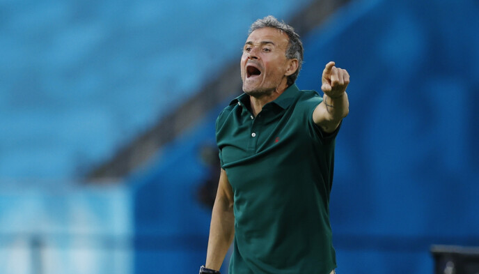 I HARDT VÆR: Spania-trener Luis Enrique får høre det av sine landsmenn. Foto: Reuters