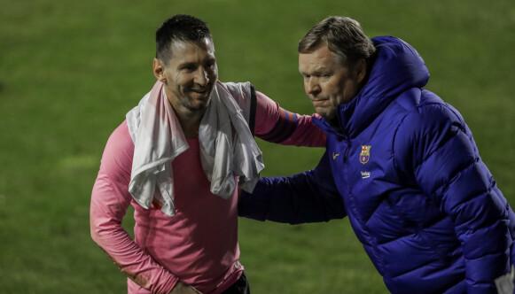 Messi 3-5-2: Ronald Koeman probeert met zijn hand de 3-5-2 te maken bij Barcelona.  Foto: AP Photo / Manu Fernandez