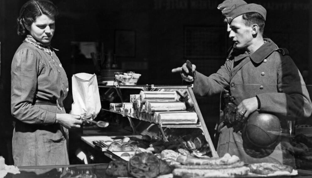 TYSKE SOLDATER I OSLO: Bildet er fra Oslo 22. april 1940, og viser tyske soldater på handletur i et bakeri. Foto: NTB