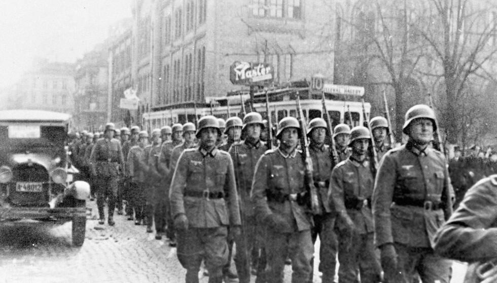 SOLATER PÅ KARL JOHAN: Tyske soldater marsjerer nedover Karl Johan. Foto: NTB