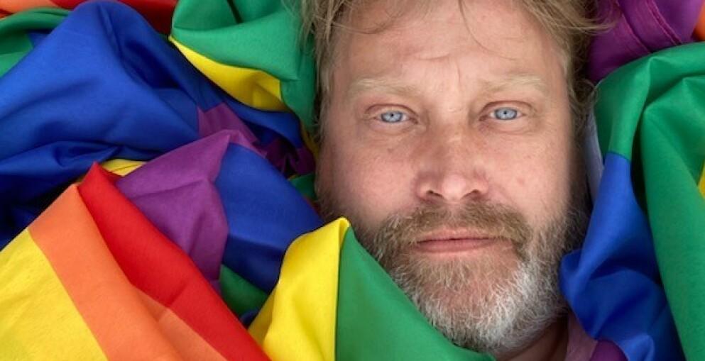 INITIATIVTAGER: Vegar Nordmann Larsen (47) har startet en pride-flagg-aksjon i Drammen. Foto: Privat
