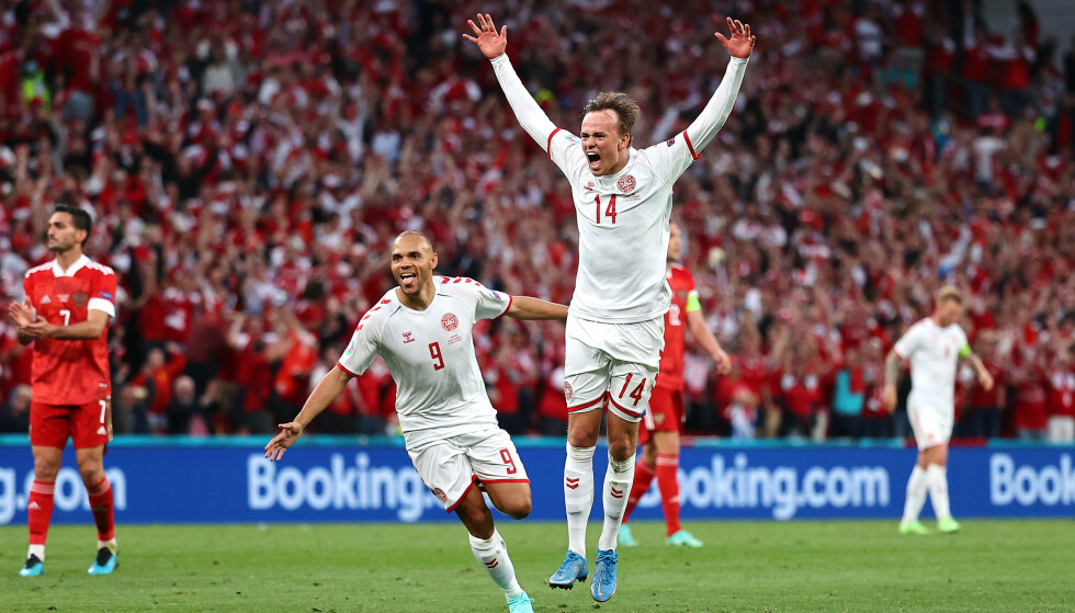 TIL HIMMELS: Mikkel Damsgaard hamra Danmark i føringen i oppgjøret mot Russland med et helt vanvittig mål. Foto: Pool via REUTERS/Wolfgang Rattay