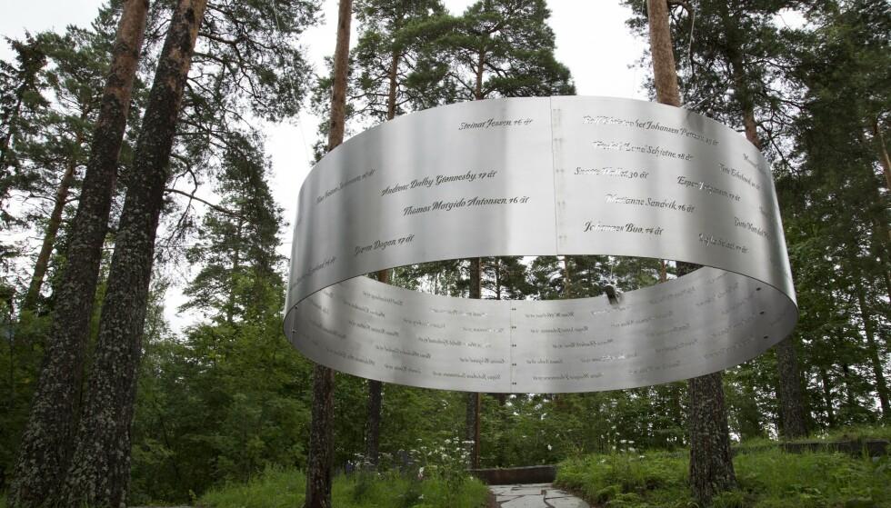 SAVNES VOLDSOMT: På minnesmerket «Lysningen» på Utøya blir de 69 som ble drept der minnet. Mens nordmenn flest har gått videre i livet, viser forskning at terrorangrepet har satt voldsomme spor blant de etterlates familie og nære venner. Foto: Torstein Bøe / NTB