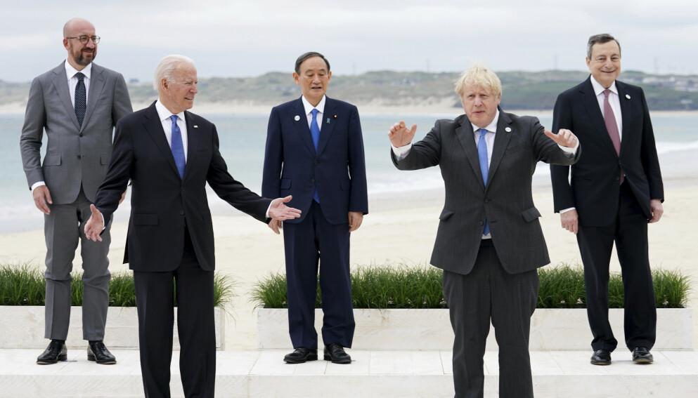 AVSTAND: Noen av lederne i G7 stiller opp på gruppemøte på et hotell i Cornwall. Fra venstre president i europarådet Charles Michel, president Joe Biden i USA, statsminister Yoshihide Suga i Japan, statsminister Boris Johnson i Storbritannia og Italias statsminister Mario Draghi. Foto: Phil Noble / AP / NTB