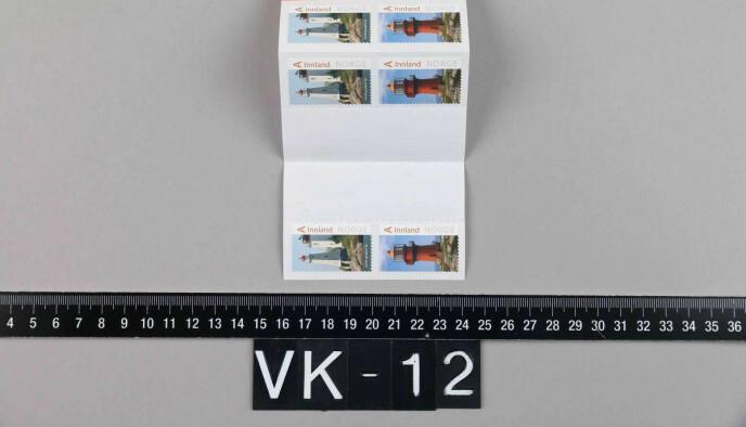 FRIMERKENE: PST mener frimerkene er like merker som er beslaglagt i huset hennes. I boligen til Bertheussen og Wara fant politiet et frimerkehefte med merker med motiv av Sandvigodden fyr og Sklinna fyr. Foto: PST / NTB