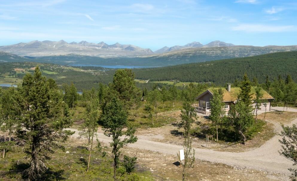 NØKKEL TIL OPPLEVELSER: Nordmenn har allltid vært et hytteelskende folk, og i år som i fjor, søker enda flere av oss mot den norske naturen. Her er hyttefeltet Låvåshaugen, med panoramautsikt mot Rondane.