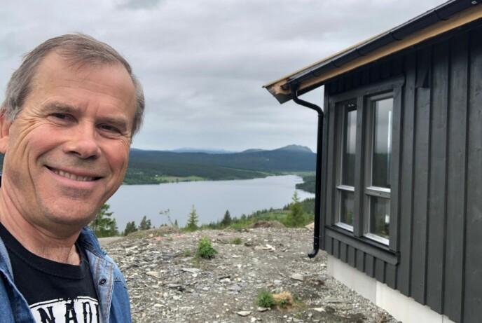 FORNØYD: Jan Jansrud er storfornøyd med valg av Tindehytte og hytteområdet i Gålå, med utsikt utover Gålavatnet og Rondane.