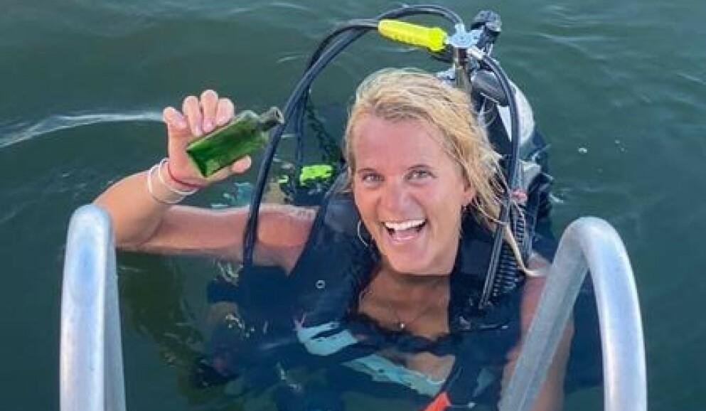 FANT FLASKEPOST: Båtkapteinen Jennifer Dowker fant den gamle flaskeposten da hun dykket. Foto: Jennifer Dowker/Nautical North Family Adventures