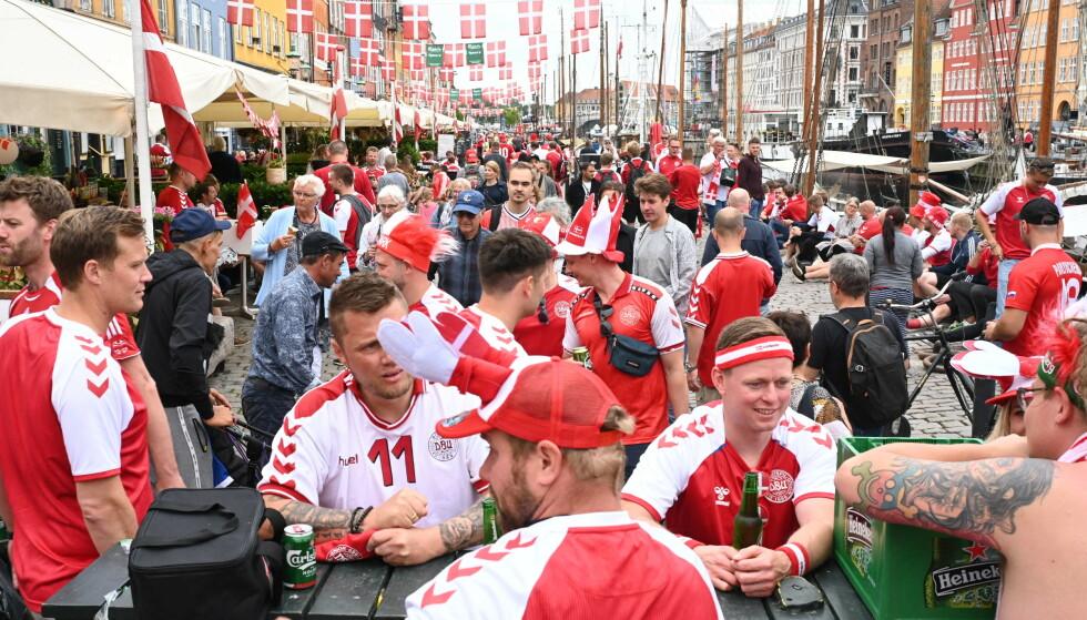 FEST: Danmark har gått videre til åttendedelsfinalen i EM. Det er bare en av grunnene for hvorfor danskene fester ute i gatene, noe som fører til at bakgårder og hager ufrivillig blir offentlige urinaler. Foto: Philip Davali / Ritzau Scanpix / AFP.
