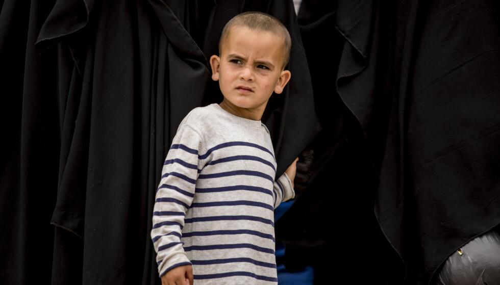 IKKE NORGE VERDIG: Det foreligger flere rapporter som viser at barn i al-Hol leiren ikke får dekket grunnleggende behov som helsehjelp, mat og utdanning. Det er ikke Norge verdig at barn med norsk tilknytning oppholder seg utlandet under slike omstendigheter, skriver innsenderen. Her fra al-Hol der 27.000 barn oppholder seg. Foto: Baderkhan Ahmad / AP Photo