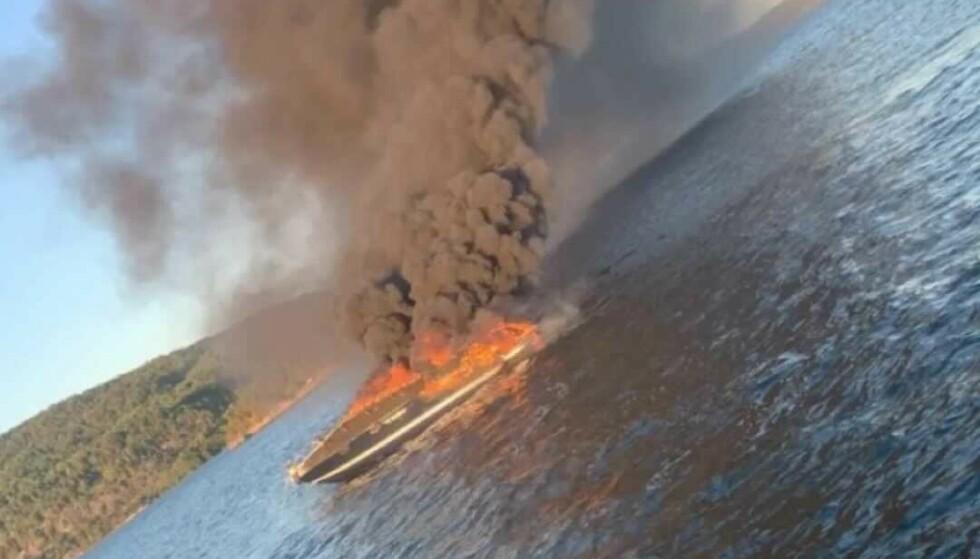 FULL FYR: Båten var i full fyr da den ble fraktet ut i Oslofjorden. Foto: Privat
