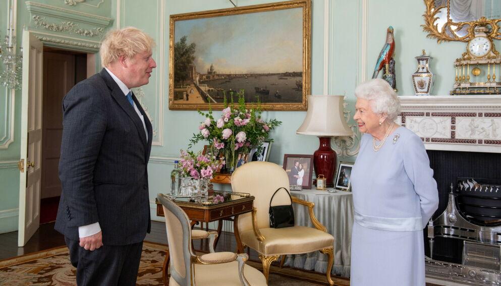 DETALJER: Boris Johnson var denne uka hos dronning Elizabeth. Bilder av dem går nå viralt av en helt spesiell grunn. Foto: Reuters/NTB
