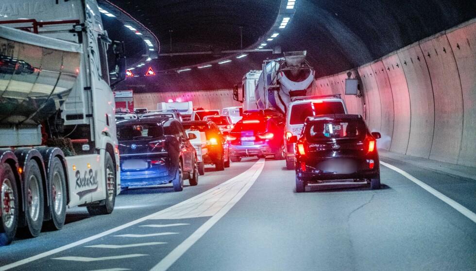 FARLIG MULTITASKING: Faren for farlige hendelser øker dersom blikket tas vekk fra veien