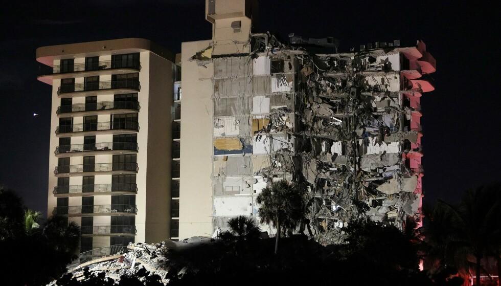 KOLLAPS: Deler av en boligblokk på Surfside i Miami kollapset natt til torsdag lokal tid. Foto: NTB