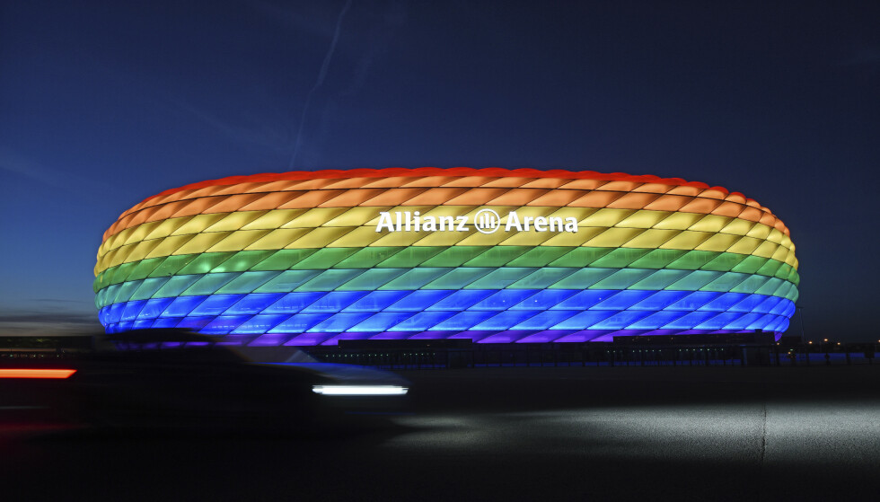 REGBUENS FARGER: Allianz Arena i regnbuens farger før EM-kampen torsdag. Foto: AP/NTB