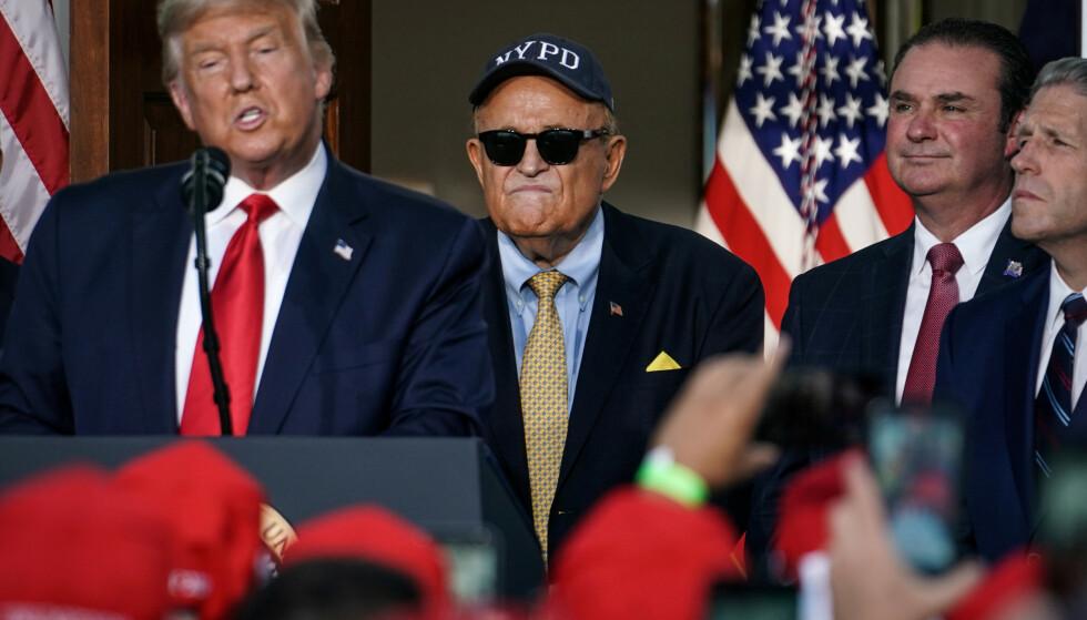 LISENS: Donald Trumps personlige advokat får ikke praktisere som advokat i New York lenger. Her er den tidligere borgermesteren avbildet med Trump under en tale i New Jersey. Bildet er tatt i august 2020. Foto: REUTERS/Sarah Silbiger / NTB