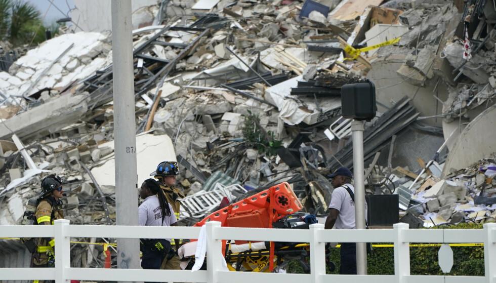 RUINENE: Det jobbes i ruinene etter bygningskollapsen. Foto: Lynne Sladky / AP / NTB