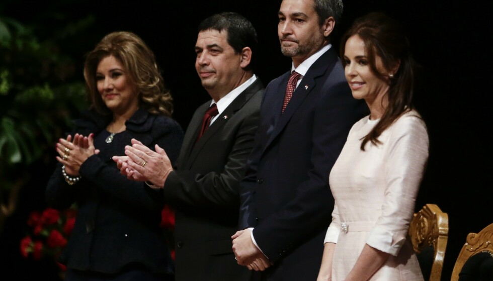 SAVNET: Søsteren til Paraguays førstedame, Silvana López Moreira (t.h.) og hennes familie er savnet etter at bygningen i Miami kollapset. AP Photo/Jorge Saenz